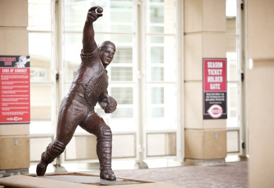 johnny_bench_statue_at_great_american_ball_park
